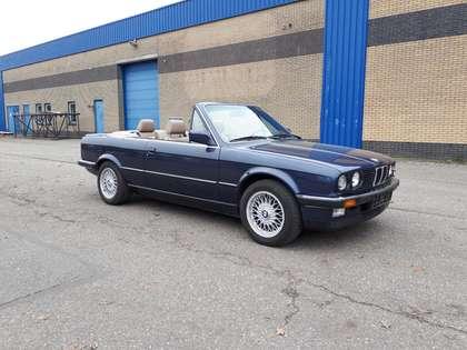 BMW 325 i cabrio E30 donkerblauw (1988) met beige leder