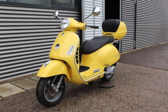 vespa gts-250ie mit-topcase gelb
