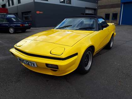 Triumph TR7 yellow (1980) ft. big 8 cyl 4600 cc 225 bhp motor!